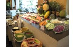 """特価!忙しい毎日を楽しく過ごす為・・・都心部のBTSアソーク駅近く、タイパンホテル内にある高級フードホール""""Pan Kitchen""""で、様々な美味しいメニューと冷たいハーブドリンクが楽しめるインターナショナル・ランチビュッフェが199バーツ(通常価格500バーツ)"""